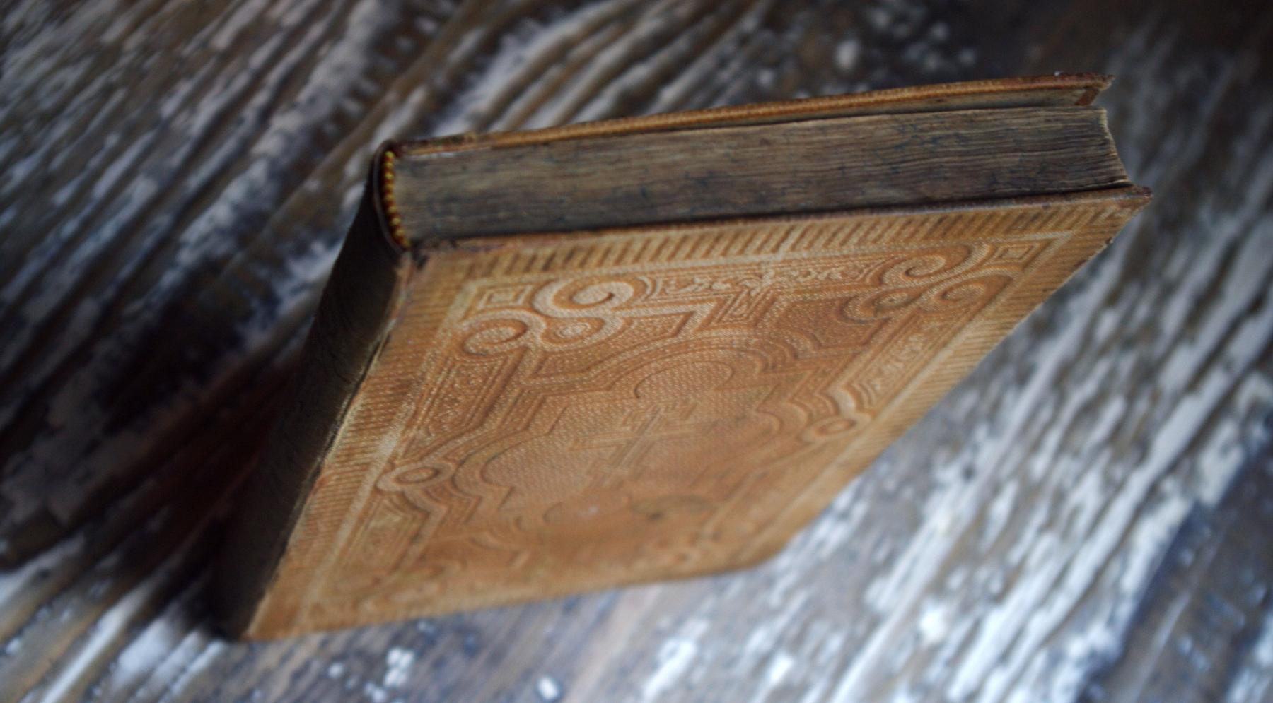 Общий вид отреставрированного переплета Евангелия 1895 года издания. У издания был оторван корешок, болтались крышки на блоке. Часть листов блока была разорвана.
