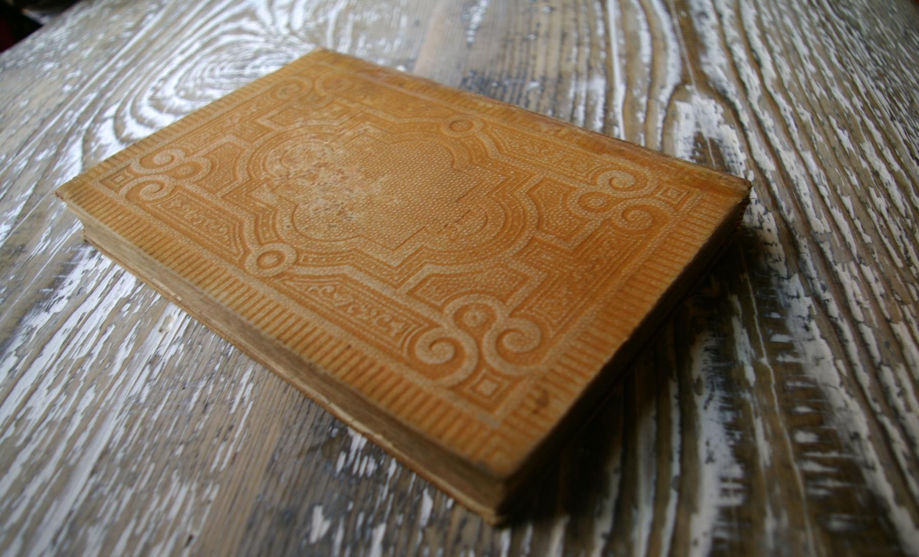 Задняя крышка отреставрированного переплета Евангелия 1895 года издания. У издания был оторван корешок, болтались крышки на блоке. Часть листов блока была разорвана.