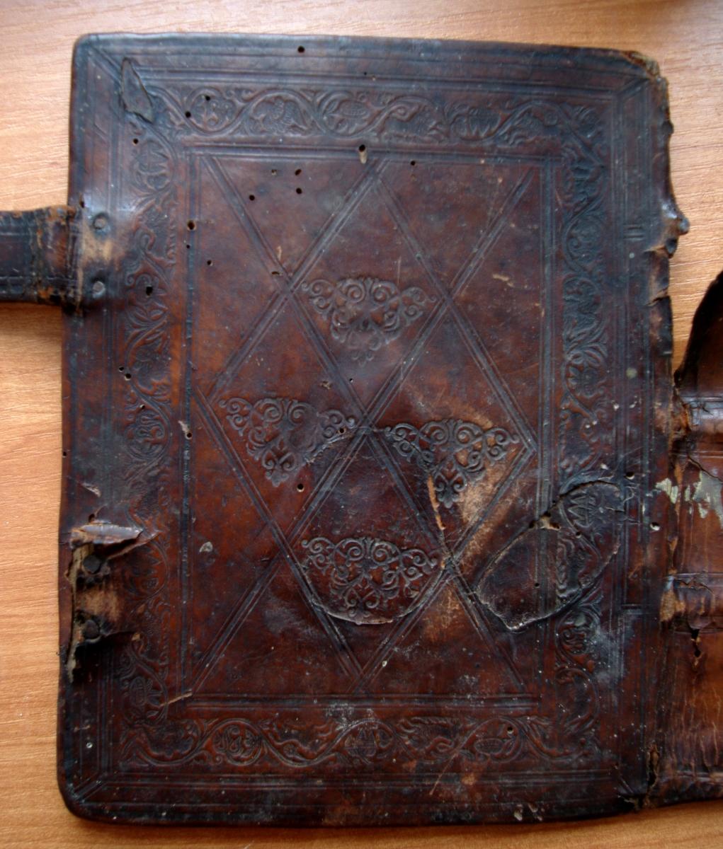 Псалтирь 19 века во время реставрации. Задняя крышка.