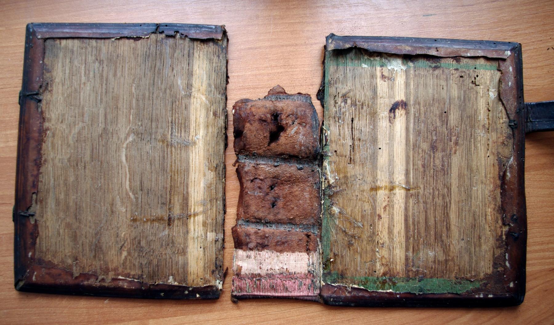 Псалтирь 19 века во время реставрации. Обратная сторона крышек и корешка.
