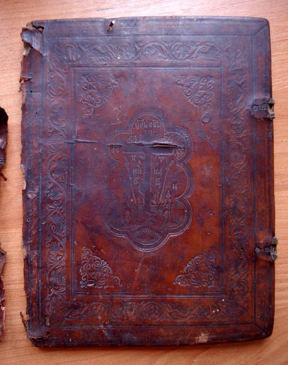 Псалтирь 19 века во время реставрации. Передняя крышка.