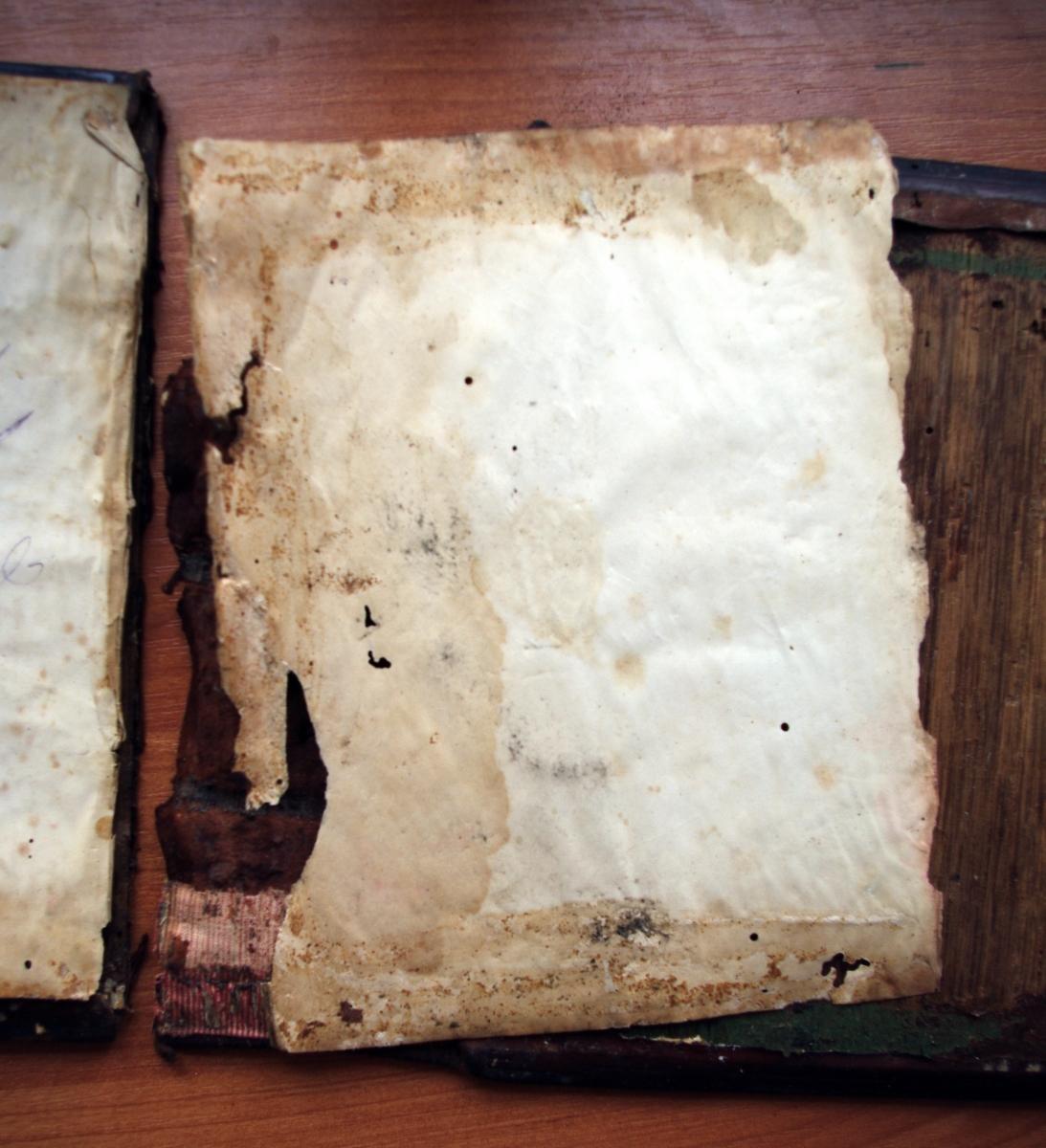 Псалтирь 19 века во время реставрации. Обратная сторона крышек и корешка с отделенными форзацами.
