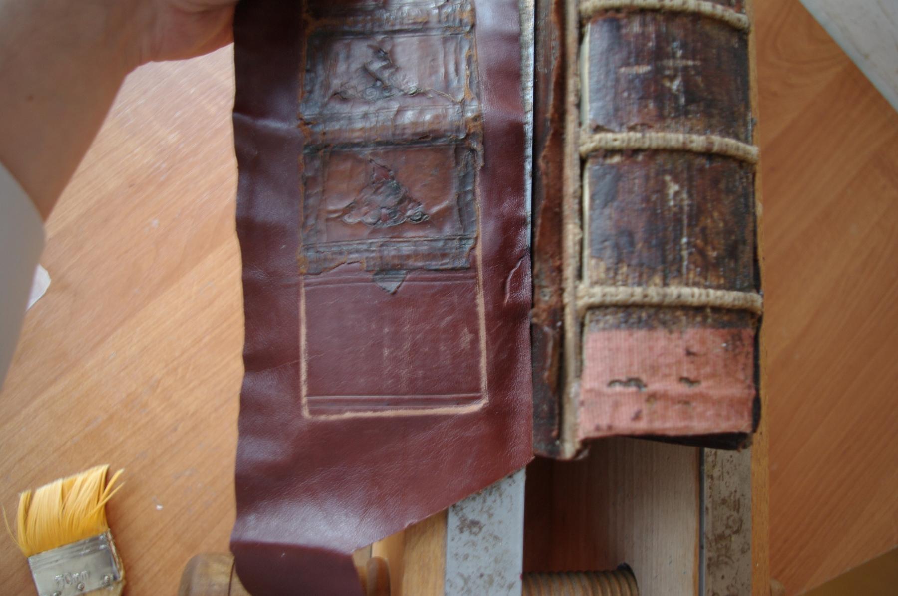 Псалтирь 19 века во время реставрации. Общий вид корешка блока и дублированного корешка.